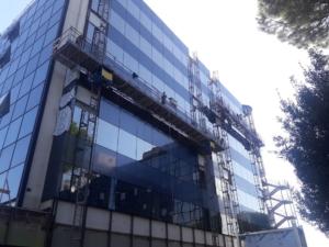 Sostituzione vetrate continue Noleggio Ponteggio Elettrico Bicolonna