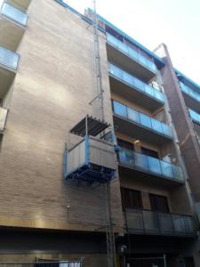 Noleggio montaggio/smontaggio Montacarichi da cantiere trasporto persone e materiali. Rifacimento terrazzi condominiali