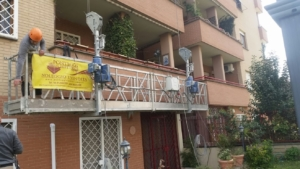 Bilancia sospesa a fune per rifacimento facciata