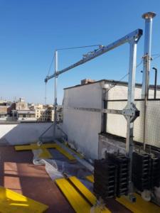 Installazione nel terrazzo di travi di sospensione a supporto per Navicella sospesa a fune